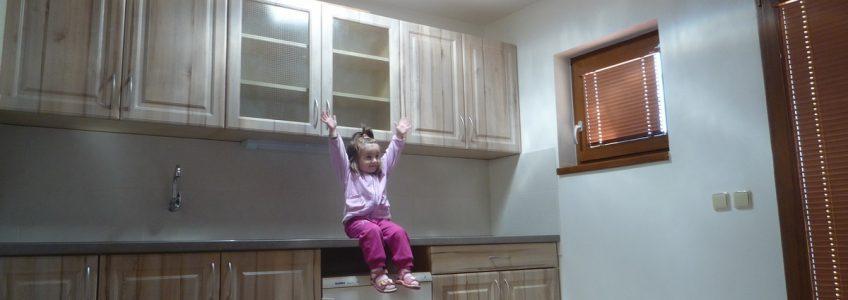 Дневной свет на кухне с небольшим оконным проёмом